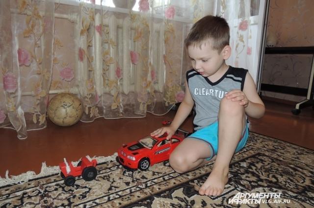 Маленький Илья рад новым игрушкам