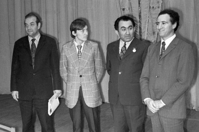 Слева направо: Виктор Корчной, Анатолий Карпов, Тигран Петросян и Лев Полугаевский на торжественном закрытии 41-го чемпионата СССР по шахматам, 1973 г