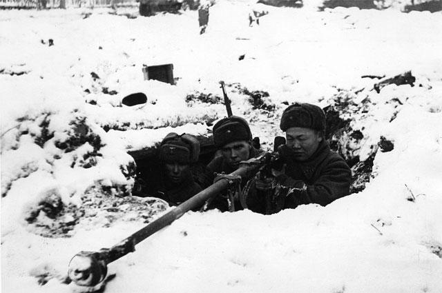 Расчёт противотанкового ружья ПТРД-41 на позиции во время битвы за Москву. Московская область, зима 1941 1942 года