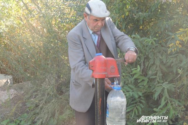 Колонка – единственный источник воды на всю округу.