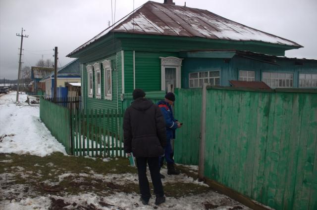 Бригада осматривает дом снаружи и проверяет подключение электричества внутри здания.