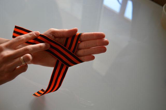 1.    Обматываем ленту вокруг всех пальцев левой руки.