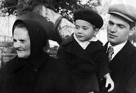 Константин Кузаков с матерью и сыном Владимиром (1950-е годы).