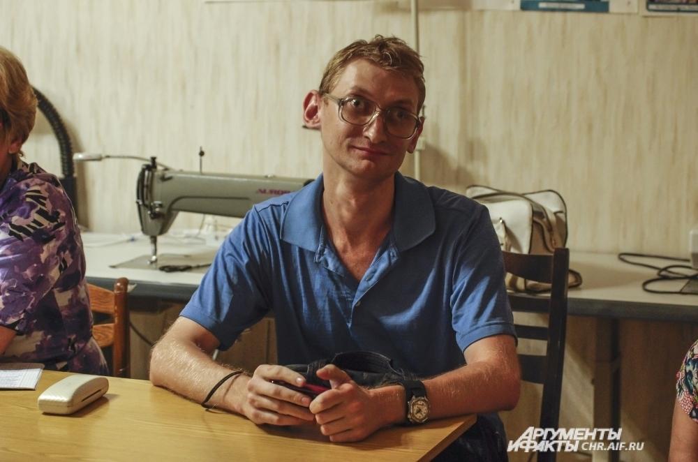 Андрей по знакомству работал сторожем в похоронной конторе, а сейчас временно безработный.