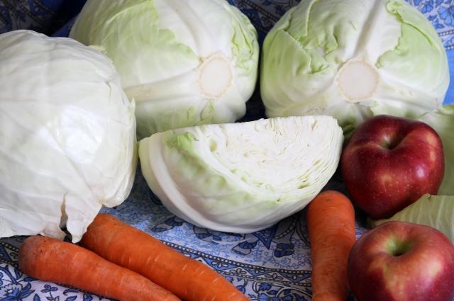 В Сибири добавляют в салат капусту, яблоки и морковь.