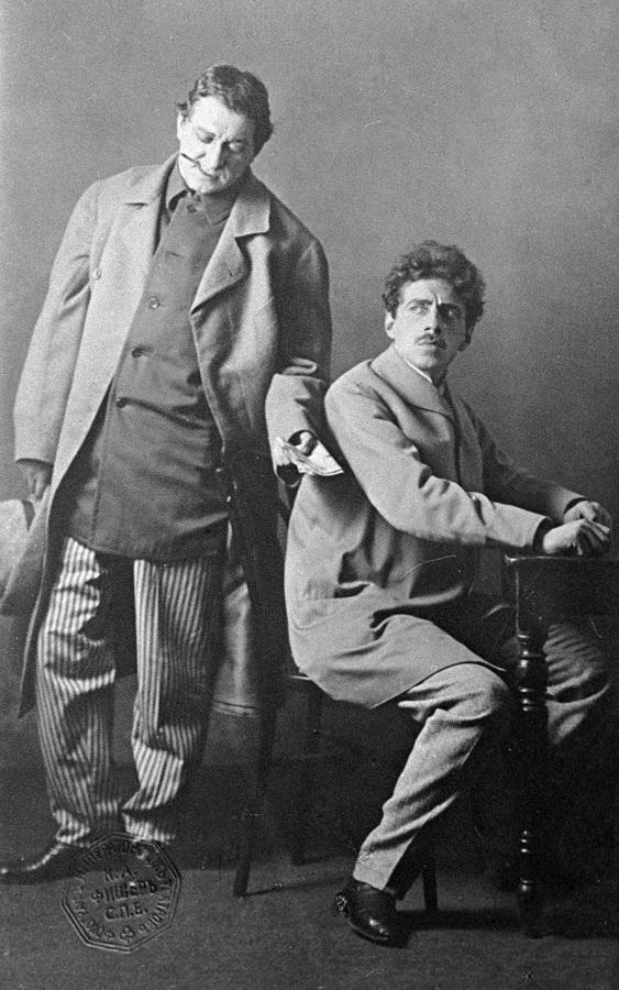 Всеволод Мейерхольд вроли Карено(справа) иНиколай Ходотов вроли Иервена впьесе Кнута Гамсуна «Уврат царства» насцене Александринского театра, 1908 г.