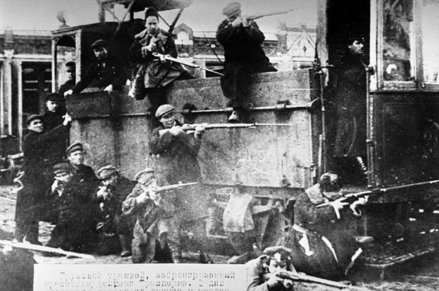 Бронированный грузовой трамвай, который изготовили и использовали красногвардейцы в октябрьских боях в Москве. 1917 г.