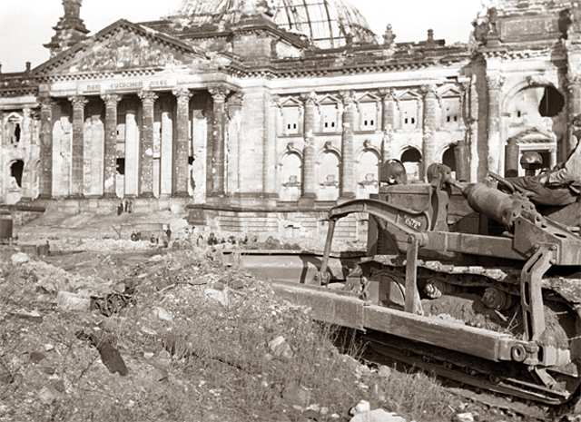 Очистка щебня около здания Рейхстага, который был серьезно поврежден во время Второй мировой войны, в Берлине, фото 1948 года.