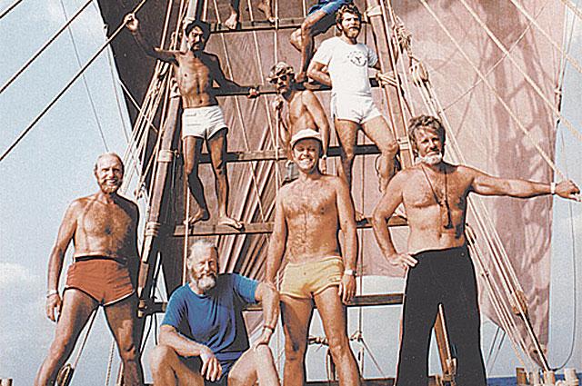 Команда папирусной лодки, пересекшей океан. В первом ряду сидит Тур Хейердал, правее от него - Юрий Сенкевич