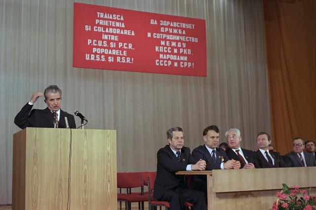 Николае Чаушеску во главе делегации Румынской коммунистической партии на митинге советско-румынской дружбы. 1986 год.