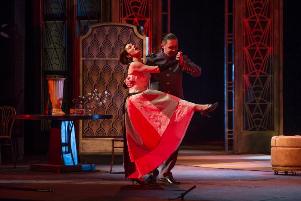 В спектаклях - много музыки, пения и танцев.