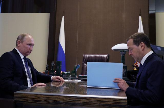 Президент РФ Владимир Путин и председатель правительства РФ Дмитрий Медведев во время встречи в Сочи.