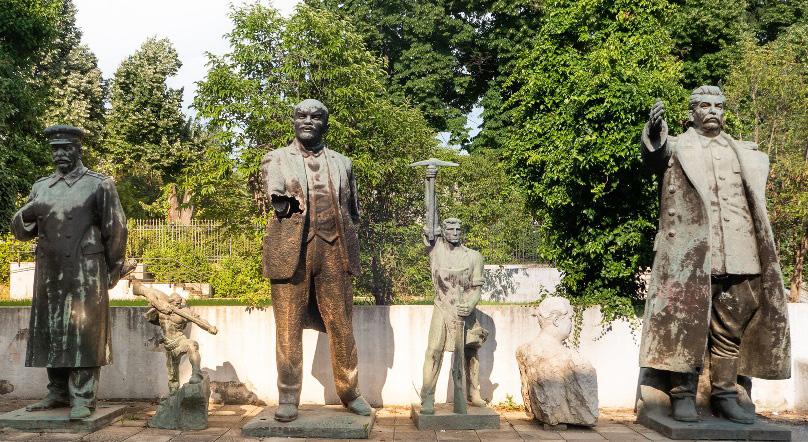 Вплоть до 1990-х годов статуи Сталина украшали площади албанских городов. Но сейчас их можно увидеть лишь в Парке скульптур в Тиране, да на заброшенных заводах.