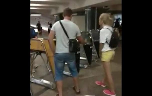 В киевском метро один мужчина пропускал пассажиров через турникеты бесплатно за счет своей проезжей карточки.