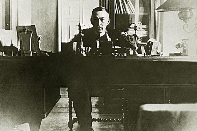 Композитор, пианист и дирижер Сергей Рахманинов в своем рабочем кабинете. 1905 год