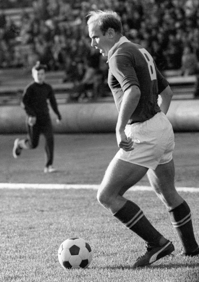 Центральный нападающий футбольной команды «Торпедо» (Москва) Эдуард Стрельцов ведет мяч во время матча. 1965 г.