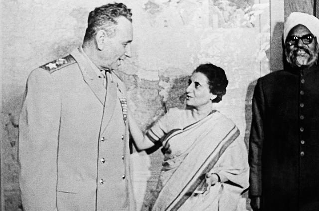 Андрей Гречко во время своего официального визита в Индию встретился с премьер-министром Индии г-жой Индирой Ганди и министром обороны Индии Свараном Сингхом (справа).
