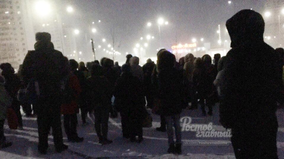 Жители Суворовского вышли ждут маршрутки рано утром 13 ноября.