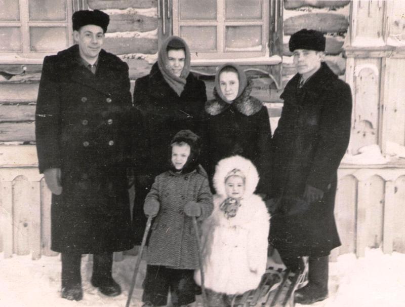 Семьи Горшковых (слева) и Коноваловых (справа). Супруги Горшковы, педагоги, тоже составляли родословную своей семьи на обратной стороне старого куска обоев. Но при переезде он был потерян.