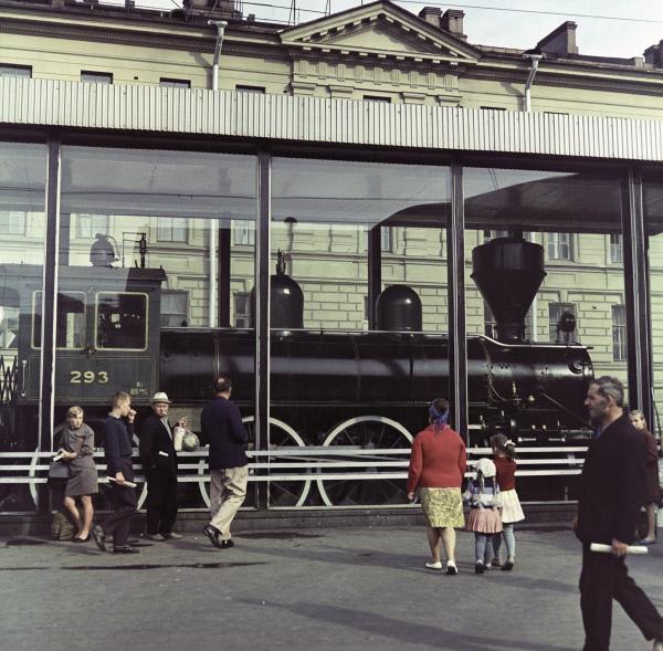 Исторический паровоз номер 293, на котором Владимир Ильич Ленин прибыл в Петроград в октябре 1917 года. Финляндский вокзал, 1968 год