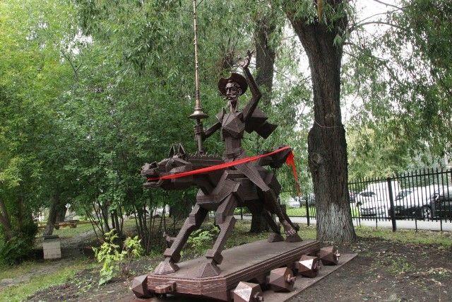 Памятник Дон Кихоту появился в Челябинске во дворе лицея №31.
