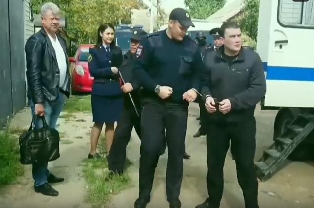 Александр Агеев на следственном эксперименте возле дома Михаила Круга.