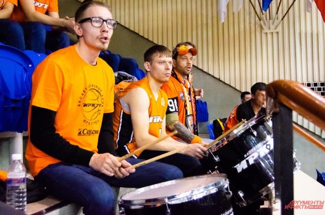 Восьмой сектор во дворце спорта «Труд» традиционно считается фанатским: на нём самые ярые фанаты стучат в барабаны, кричат слова поддержки и машут флагами