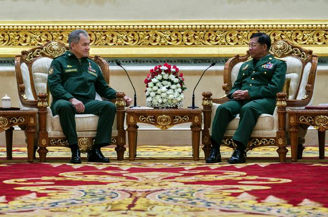 Министр обороны РФ Сергей Шойгу (слева) и главнокомандующий Вооруженными силами Мьянмы старший генерал Мин Аунг Хлайн во время встречи.