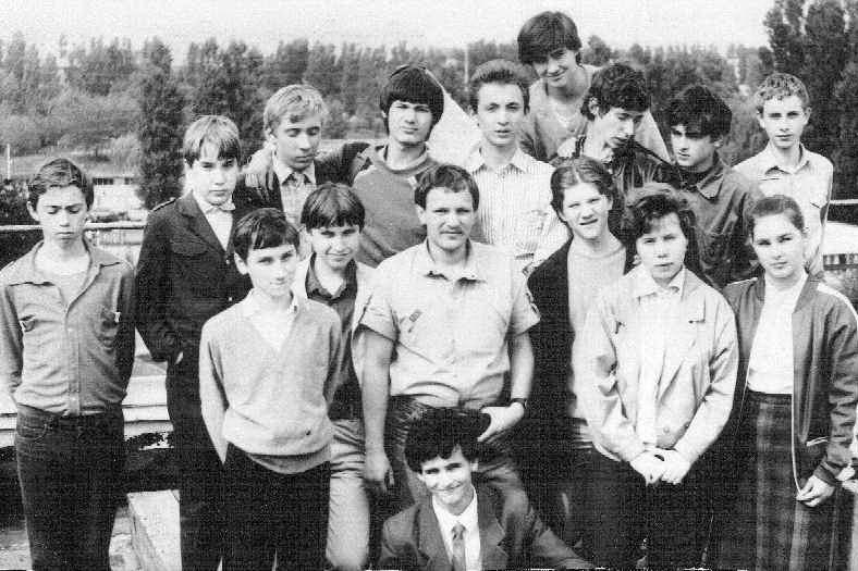Александр Иванов с учениками из астрономического кружка много лет назад.