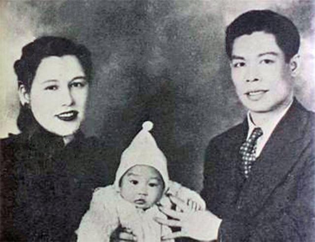 Брюс Ли вместе с родителями.