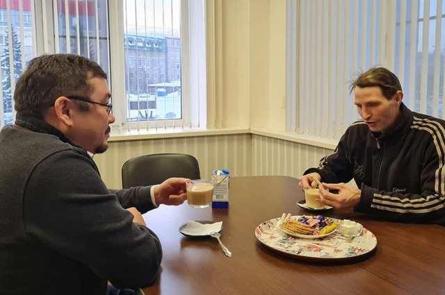 дворник Юра пьет чай с начальством (Уфа)