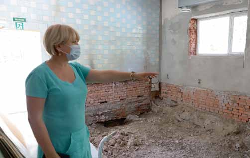 Депутат Галина Гореликова инспектирует ремонтные работы в дошкольном бассейне.