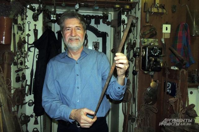Евгений Канаев показывает самый большой ржавый гвоздь в своей коллекции