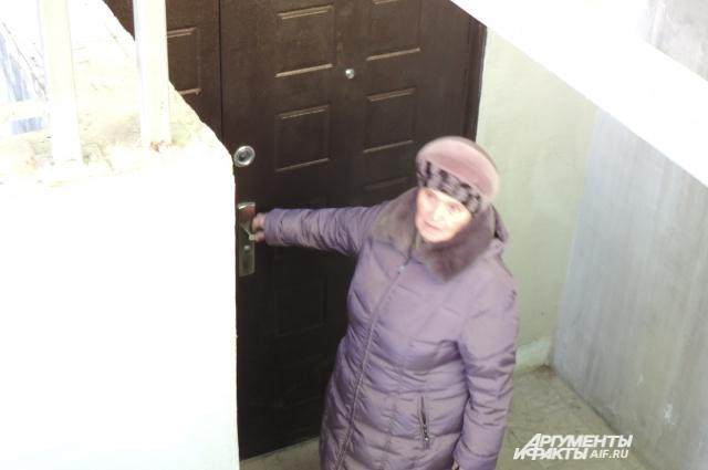 Любовь Ковалёва в очередной раз пытается попасть в собственный подвал. Тщетно