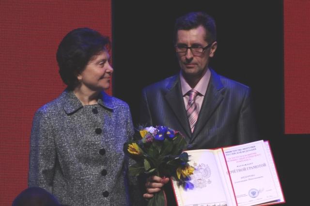 Наталья Комарова вручает награды нефтяникам.