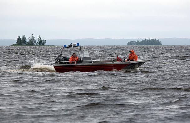Моторная лодка МЧС РФ на месте проведения поисково-спасательной операции в районе озера Сямозеро в Карелии, на котором в туристическом походе во время шторма погибли дети.