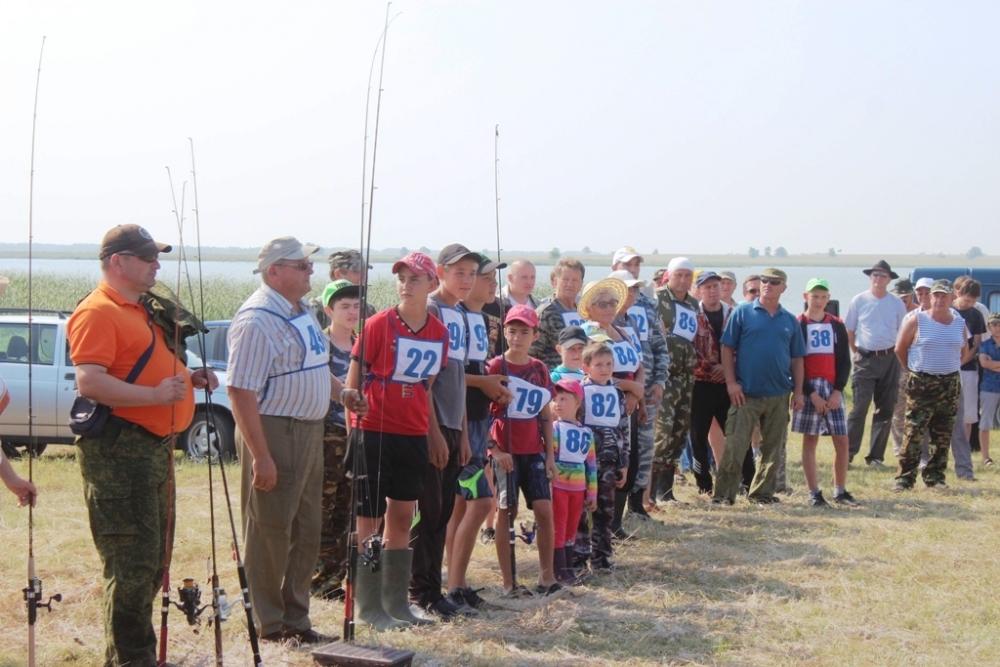 За звание самого умелого и удачливого рыболова состязались люди разных возрастов, от нежного детсадовского до глубокого пенсионного.