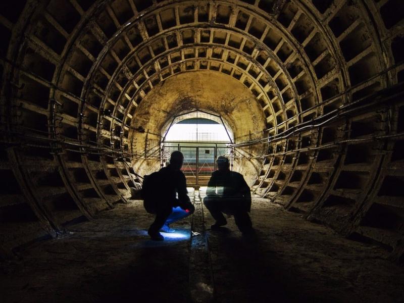Днём проникнуть в метро сложнее, а ночью высок риск быть пойманным.