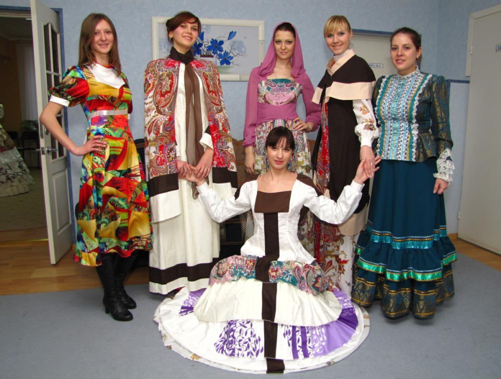 Казачки носили длинные платья и любили украшать их вышивкой