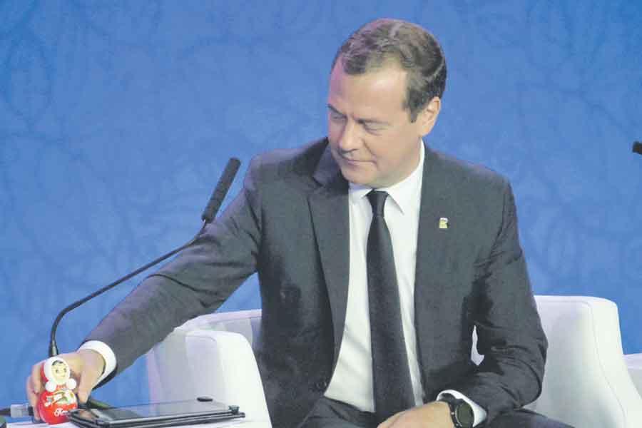 Дмитрию Медведеву подарили миниатюрную версию котовской неваляшки.