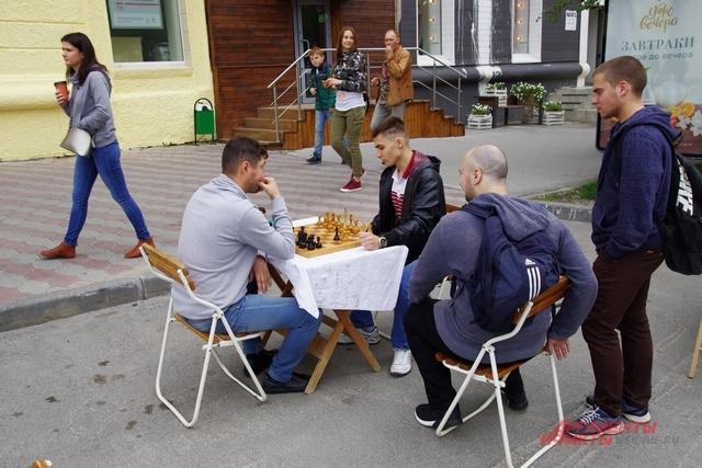 Вполне мирные забавы: шахматы - символ тихих улиц дворов.