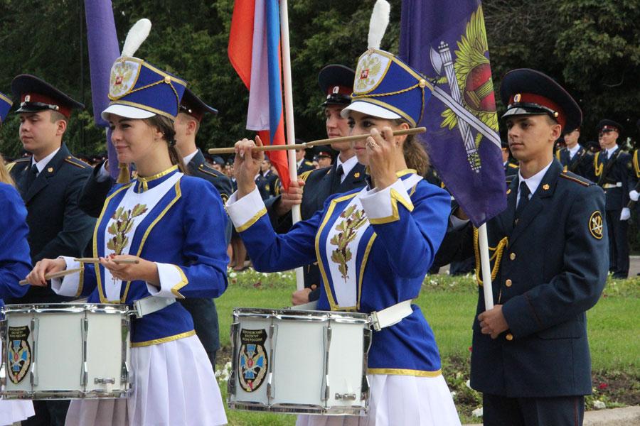 Праздничная церемония завершилась под ритмичный стук показательного взвода барабанщиц «Катюша».