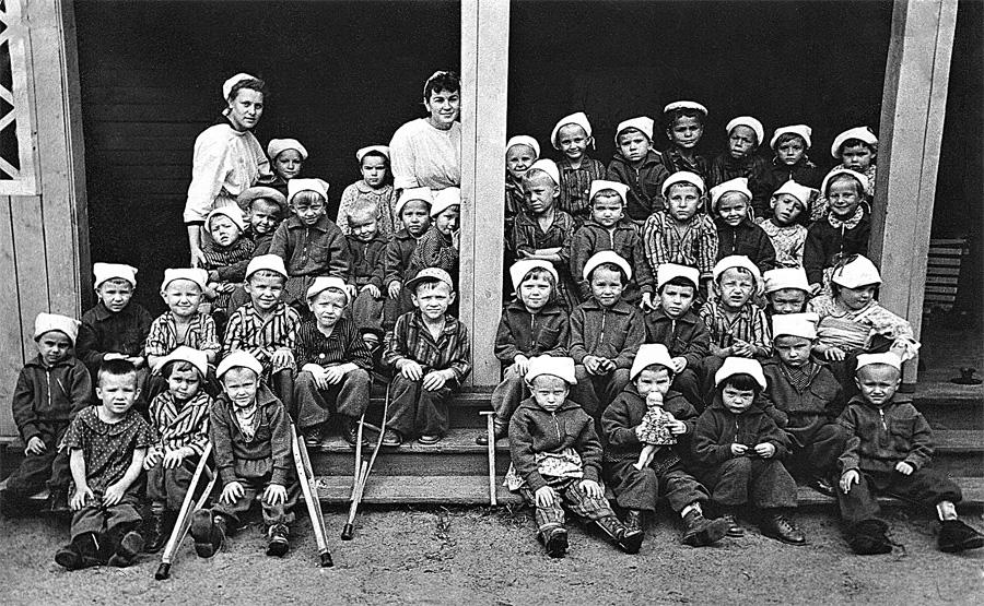 Младшая группа из Калуга. Бор, которая встретилась с Гагариным. В центре в верхнем ряду - медсестра Нина Фролова