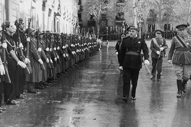 Франсиско Франко обходит войска.