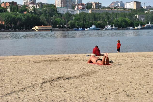 Несмотря на запрет, ростовчане отдыхают на городском пляже