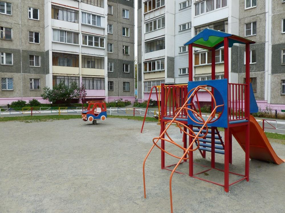 Во дворе есть детская площадка, а вот от шумных и нетрезвых компаний жильцы избавлены.
