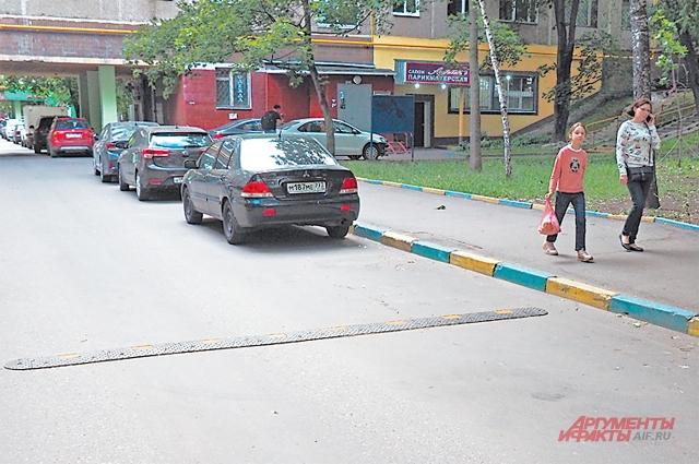 «Лежачих полицейских» по просьбе местных жителей установили на проезде у д. 3, корп. 1–6, по Веерной улице