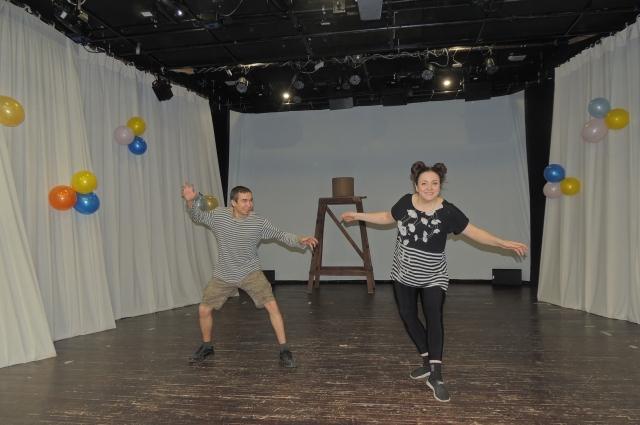 Работать в Мотыгинский театр едут со всей страны.