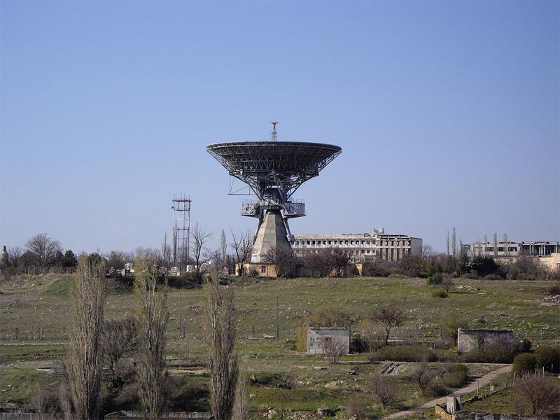 ТНА-400 (первый советский высокоточный малосерийный радиотелескоп с диаметром главного рефлектора 32 метра) и территория НИП-10
