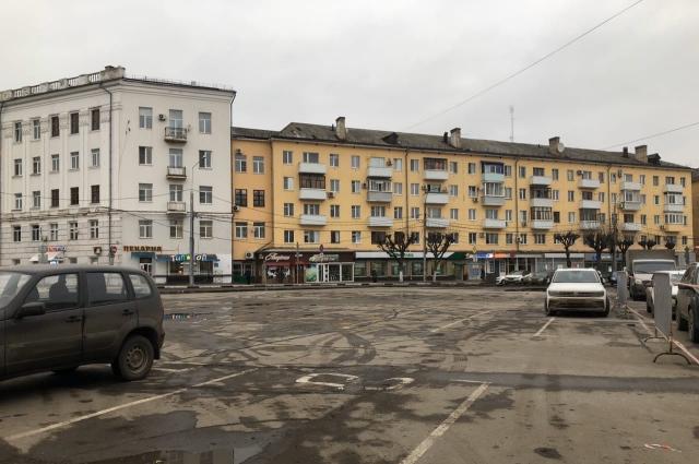Чтобы подготовить площадку для сноубордистов, на площади Ленина огородили парковку